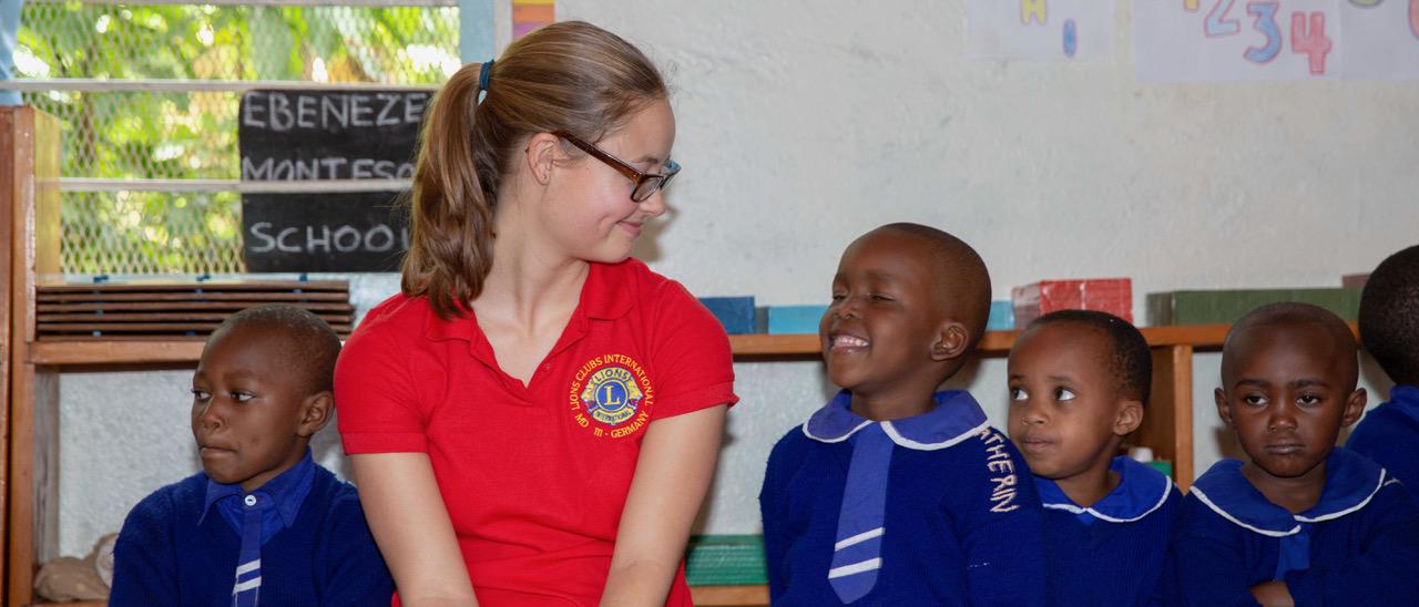 Eine deutsche Lionsfreundin besucht einen Kindergarten in Tansania