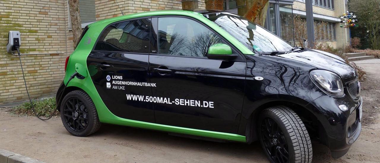 Das von der Stiftung der Deutschen Lions 2018 geförderte schwarz-grüne Elektromobil mit dem die Augenhornhautspenden transportiert werden