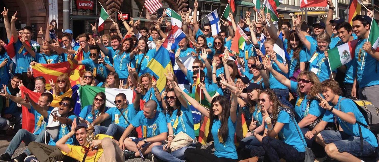 Eine große Gruppe junger Menschen unterschiedlicher Nationen verbringen drei Wochen gemeinsame Zeit in einem Jugendcamp