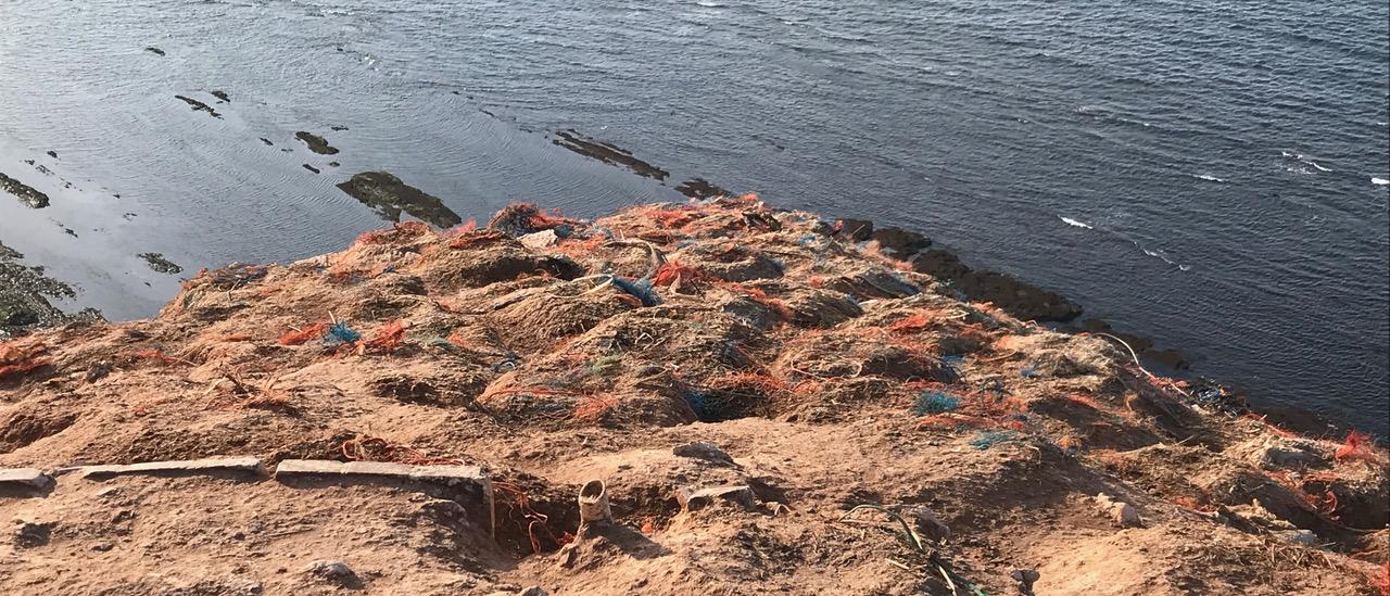 Seevögel haben Reste von Fischernetzen aus Kunststoff auf den Felsen von Helgoland deponiert.