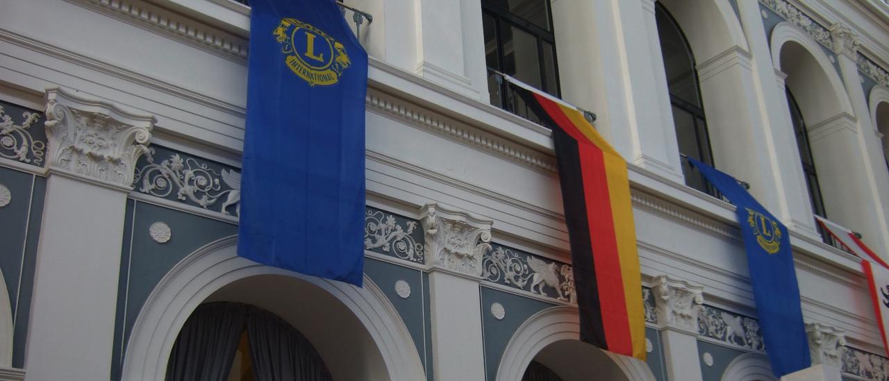 Lions- und Deutschlandflaggen