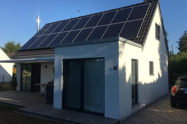 weißes alleinstehendes Einfamilienhaus mit Photovoltaikanlage