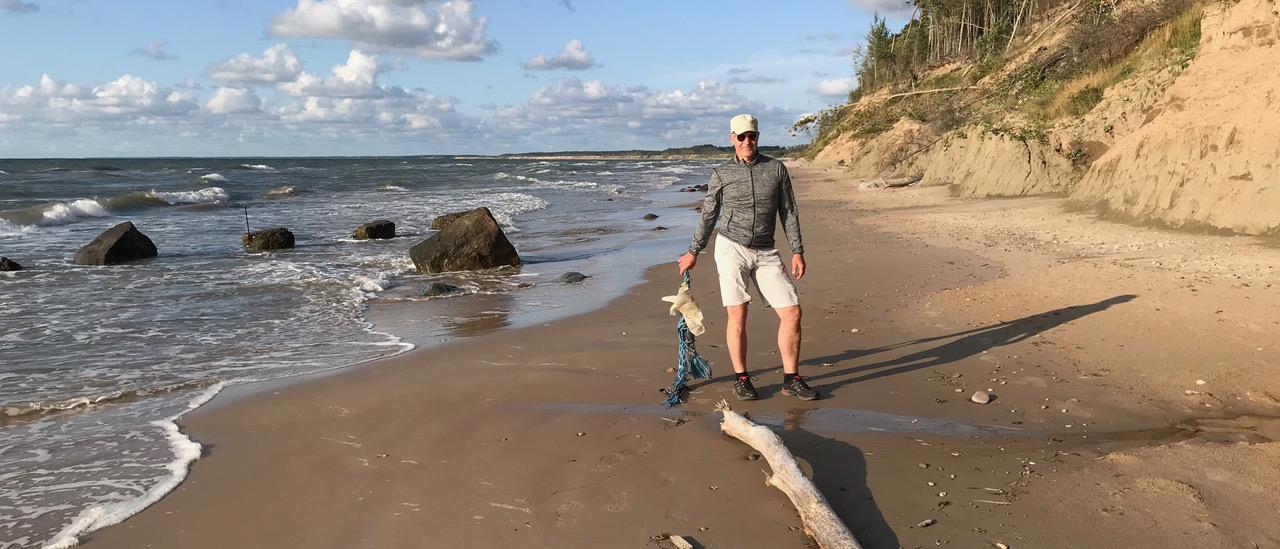 Bei einem Spaziergang an der Ostsee wird angeschwemmter Kunststoffmüll gesammelt