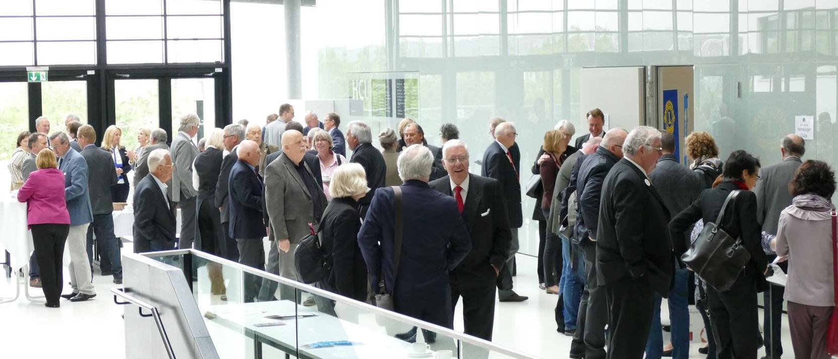 Ankunft der Teilnehmenden im Foyer eines Versammlungsortes.